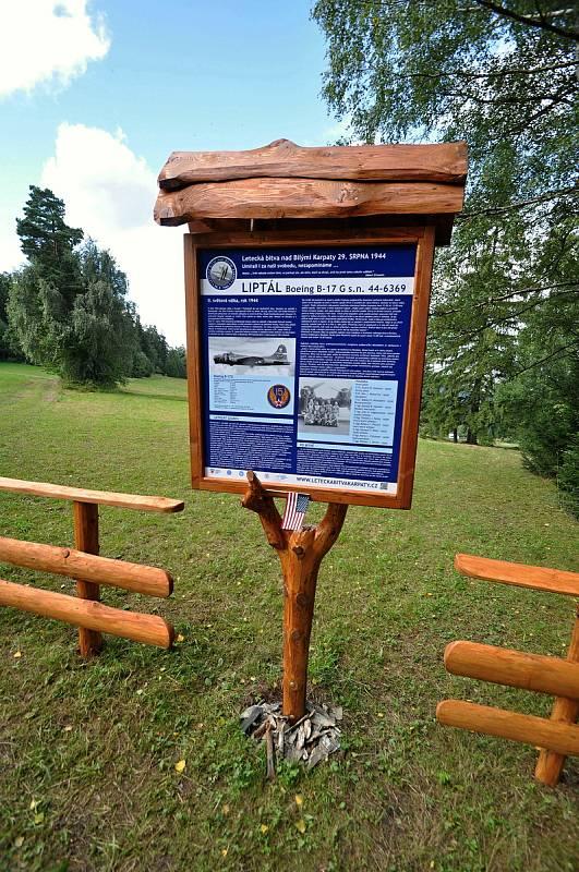 Informační tabule v Liptále místní části Bařiny připomínající sestřelení amerického bombardéru  B-17G dne 29. srpna 1944.