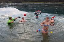 Asi desítka nadšenců do otužování se 26. prosince 2017 sešla na tradičním koupání v Balatonu v Novém Hrozenkově. Voda, která měla necelé dva stupně, prý byla příjemná.