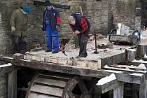 Pracovníci Valašského muzea v přírodě v Rožnově pod Radhoštěm při pravidlených opravách a údržbě staveb v areálech muzea.
