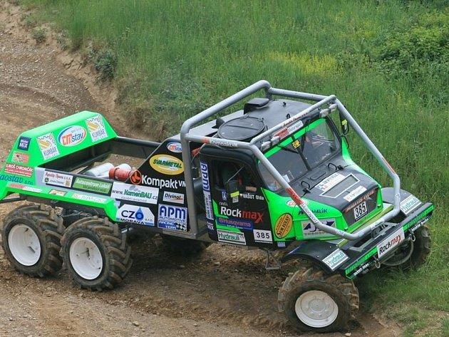 Posádka APM Racing teamu Ševčík – Vašut s vozem Praga V3S.