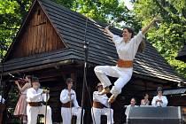 Rožnovské slavnosti 2015 ve Valašském muzeu v přírodě v Rožnově pod Radhoštěm – finále soutěže v mužských sólových tancích odzemku a obuškovém a vystoupení hostů.