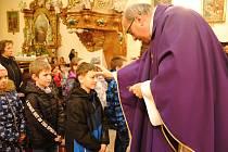 Farář Pavel Stefan udílí ve středu 26. února 2020 o Popeleční středě popelec věřícím v kostele Nanebevzetí Panny Marie ve Valašském Meziříčí.