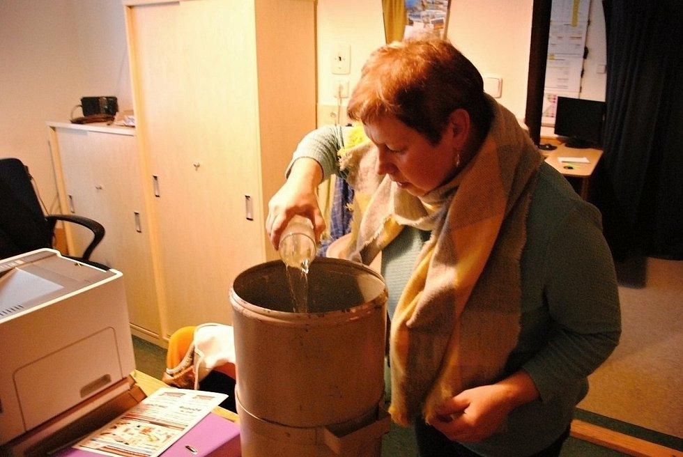 Pracovnice hvězdárny ve Valašském Meziříčí Ladislava Orlová při zpracování vzorků pro stanovení vodní hodnoty sněhové pokrývky; leden 2021