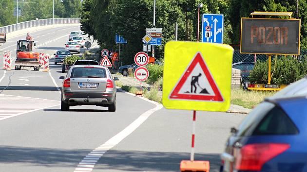 V souvislosti se stavbou okružní křižovatky ve Vsetíně na ul. Generála Klapálka dochází ke změnám v dopravě i v Rokytnici.