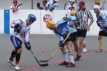 Hokejbalový Stoupa cup 2013 vyhrál tým 24 (bílé dresy), na snímku ve vítězném semifinále proti týmu Achilla.