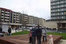 Vsetíňané přišli otevřít nové náměstí. Posezení nebo hračka?