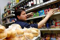 Zdražování vyhání zákazníky z malých obchůdků do hypermarketů.