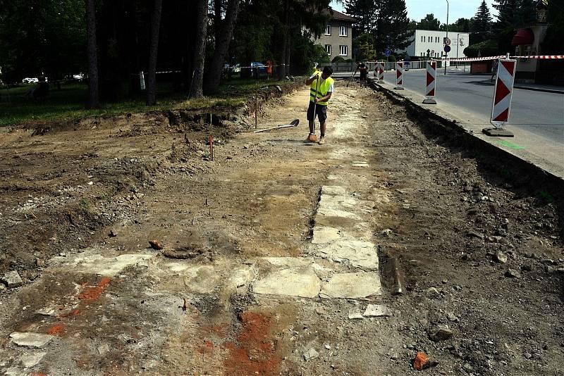 V Žerotínově ulici ve Valašském Meziříčí narazili dělníci při stavbě nového chodníku a pruhu pro cyklisty na základy původní městské hradby a dvou domů.
