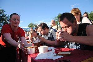 Soutěž v pojídání gulášů na valašskomeziříčském Gulášfestu v pátek 13. července 2018 ovládl třiačtyřicetiletý Jaroslav Němec z Bystré u Poličky. Necelé čtyři porce bezlepkového vepřového guláše a stejný počet krajíců chleba spořádal během pěti minut.