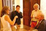 Hraběnka Kira von Zierotin s otcem Otto Klingerem-Zierotinem a manželem na návštěvě zámku Žerotínů ve Valašském Meziříčí. Muž v tmavé košili je historik Pavel Lasztovicza; sobota 17. srpna 2019