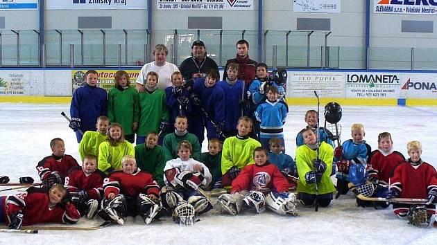 Malí hokejisté 3. a 4. tříd Valašského Meziříčí.