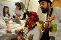 Návštěva zdravotních klaunů na dětském oddělení nemocnice ve Vsetíně ve čtvrtek 11. prosince 2014.