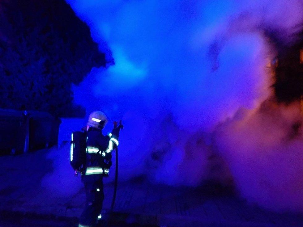 Hasiči likvidují požár kontejneru na textil ve Vsetíně; pátek 1. ledna 2021
