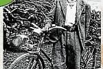 PRVNÍ KOLO V JOHANOVÉ.Rok 1934. V porovnání s dneškem, kdy jsou běžně v rodině dvě auta, je téměř neuvěřitelné, že teprve před pouhými pětaosmdesáti lety si koupil v Janové první člověk kolo. Byl to Pavel Kubo, č. p. 10, dědeček Josefa Olšáka.