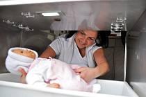 Zdravotní sestřička Iveta Hermannová zkouší funkčnost nového babyboxu naistalovaného v nemocnici ve Valašském Meziříčí