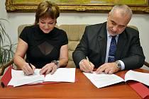 Starostka Rožnova Markéta Blinková podepsala smlouvu o spolupráci mezi městem a Valašským muzeem v přírodě s ředitelem skanzenu Jindřich Ondruš.