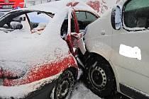 V Karolince na Horním Vsacku se ve čtvrtek 1. prosince 2016 ráno srazila dodávka s osobním autem