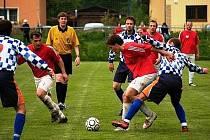 Hrachovec (v červeném) si doma poradil s Příluky 4:0.