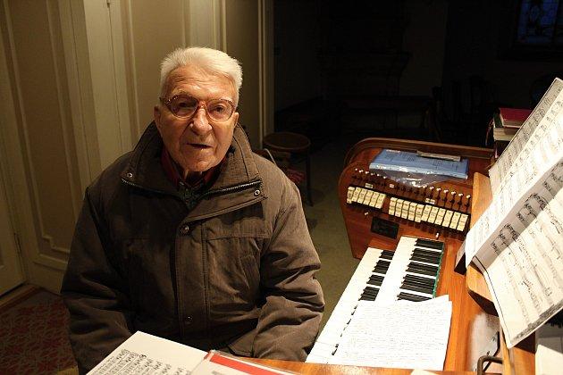 Devadesátiletý Bohumil Zábranský hraje na varhany od svých třinácti let. Téměř sedmdesát let je varhaníkem v kostele Petra a Pavla v Kelči.