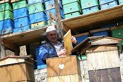 Odborný učitel a vedoucí šlechtitelského chovu včelích matek Jan Bajza