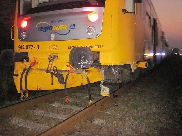 Audi smetl na přejezdu v Huslenkách vlak