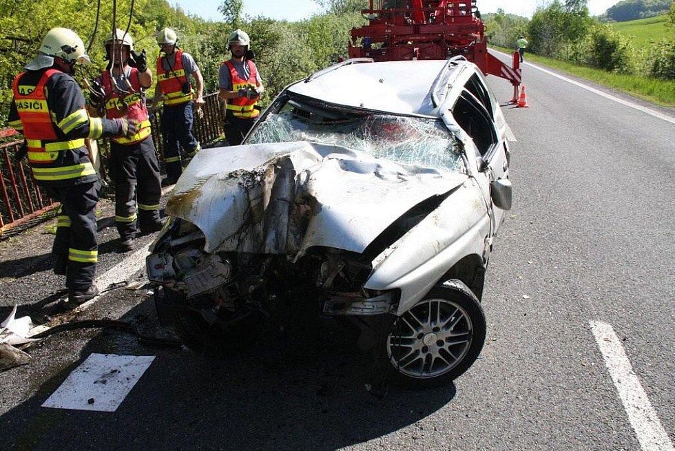 Složité vyprošťování auta u Pozděchova