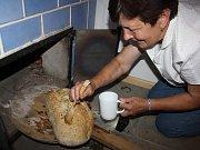 Premiérové pečení chleba v tradiční peci připravili na páteční podvečer ve Francově Lhotě.