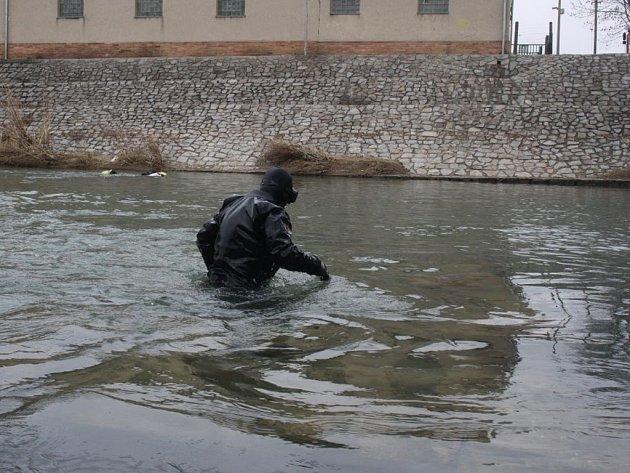 Policejní potapěči prohledávají dno řeky po Bečvy. Pátrají po utopeném muži, který zmizel ve vlnách řeky minulý pátek večer.