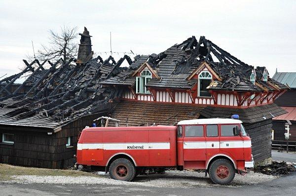 Hasiči dohašují rozsáhlý požár, který vážně poničil historickou budovy Libušína na Pustevnách postavenou podle architekta Dušana Jurkoviče; Pustevny, Prostřední Bečva, pondělí 3.března 2014.