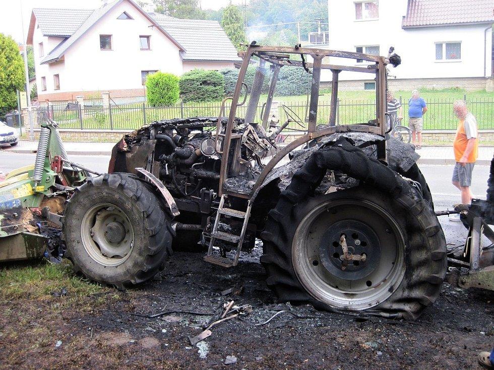 Požárem zničený traktor v rožnovské místní části Hážovice