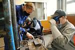 Instruktor svářečského kurzu na Integrované střední škole ve Valašském Meziříčí Josef Štrbáň (vlevo) se sklání nad jedním ze studentů oboru instalatér z valašskomeziříčské stavební průmyslovky.