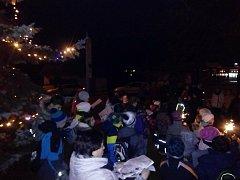 V Halenkově se ve čtvrtek 13. prosince při zpívání koled s Deníkem sešlo asi sedmdesát lidí. Polovina z nich byly děti ze souboru Kyčera.
