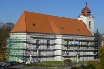 Do konce října bude mít kostel v Brankách novou fasádu.