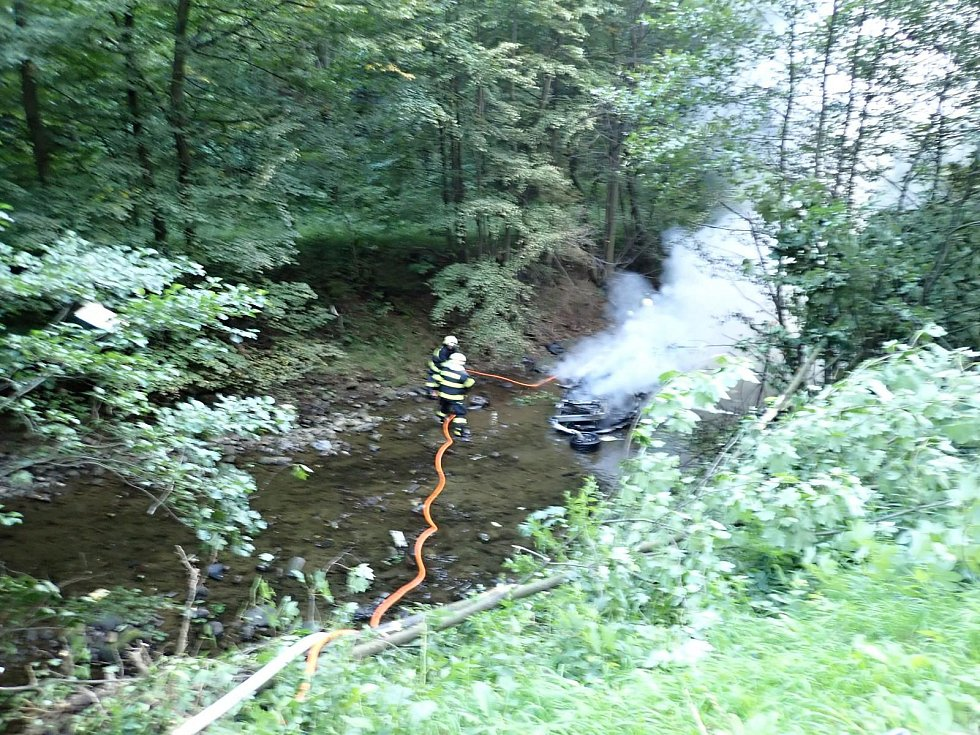 Při tragické dopravní nehodě u Lidečka zahynul v pátek 9. srpna 2019 v hořícím voze jeden člověk. Pro další tři zraněné letěly na místo dva vrtulníky zdravotnické záchranné služby.