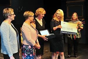 Náměstkyně ministra zdravotnictví Lenka Teska Arnoštová předává pracovnicím Charity Svaté rodiny Nový Hrozenkov šek na 300 tisíc korun, který náleží držiteli Ceny Makropulos za péči o seniory.