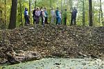 Členové badatelského klubu při Základní škole v Krhové a meziříčský ekolog Milan Orálek na exkurzi u mokřadu v Hrachovci u Valašského Meziříčí; úterý 15. října 2019