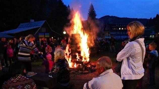 Plápolající vatra ve Velkých Karlovicích