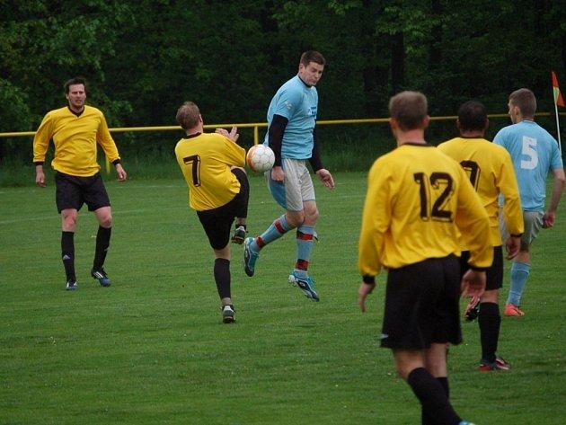 Derby v Choryni vyhráli hostující fotbalisté Branek (žluté dresy).