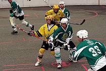 Hokejbalisté Vsetína (žluté dresy) porazili v derby Malenovice 3:1.
