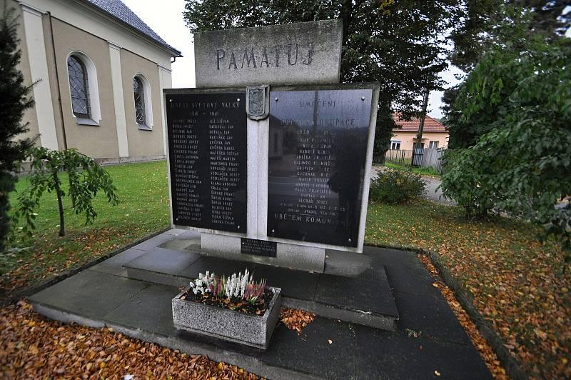 Jablůnka - památník obětem světových válek v sousedství evangelického kostela