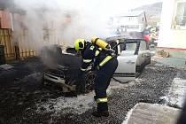 Hasiči likvidují požár osobního vozu Mini Cooper v Janové na Vsetínsku; pondělí 1. února 2021