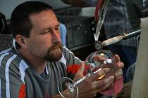 Den otevřených dveří ve sklárnách v Karolince u příležitosti tradičního Sklářského jarmarku v roce 2011.