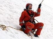 Hasičské cvičení záchrana lidí z lanovky v lyžařském středisku Kohútka.Na snímku hasič Marek Pavelka ze Zlína.