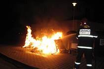 Dvakrát v průběhu noci na úterý 27. dubna likvidovali hasiči v Rožnově pod Radhoštěm požár kontejnerů.