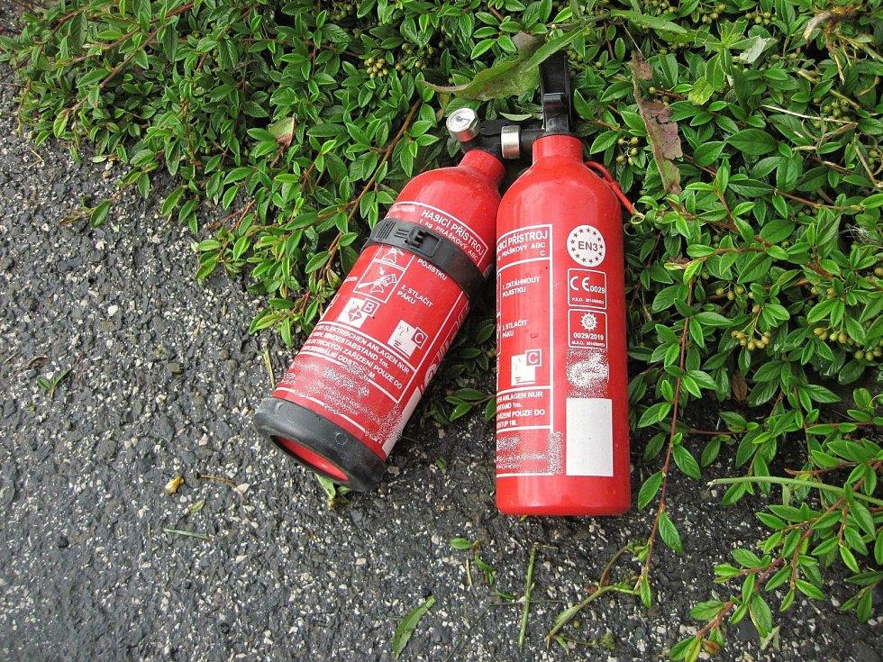 Ruční hasicí přístroje, jimiž se osádka vozu Škoda Octavia, které začalo hořet v pátek 19. července 2019 odpoledne před nákupním centrem ve Valašském Meziříčí, snažila neúspěšně bojovat s plameny.