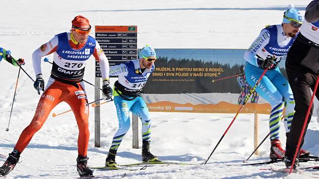 Karlovská padesátka 2019. Vítězem se stal po strhujícím finiši Stanislav Řezáč (vlevo). Uprostřed je 4. Pavel Ondrášek, vparvo Jiří Ročárek, který dojel třetí.