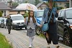 Školáky ze vsetínské Základní školy Rokytnice při jejich cestě do školy 1. září 2020 provázel déšť.