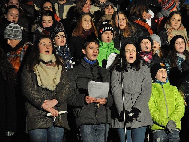 Tradiční zpívání koled se souborem Vsacan na Dolním náměstí ve Vsetíně; sobota 23. prosince 2017