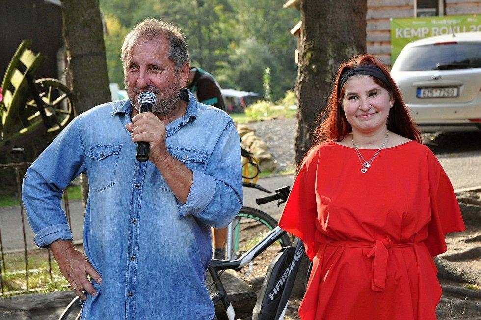 Majitel Kemp Ranče Bystřička Roman Stupka s dcerou Eliškou, která přišla s myšlenkou pořádání benefičních akcí zaměřených na postižené děti; Kemp Ranč Bystřička, sobota 19. září 2020