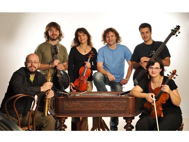 Brněnská skupina Cimbal Classic zavítá v neděli 25. srpna 2013 do rožnovského skanzenu.
